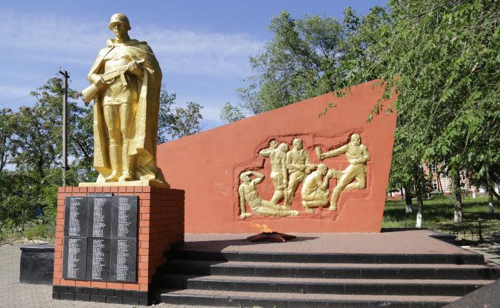 с. Крутой Лог Белгородского р-на. Памятник по улице Ленина 6в, установленный на братской могиле, в которой захоронено 933 советских воина, в т.ч. 5 неизвестных, погибших в 1943 году. Среди захороненных - Герой Советского Союза Молчанов Е. М.