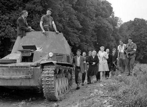 Французы у захваченного бронетранспортера «Wespe». Нормандия, лето 1944 г.