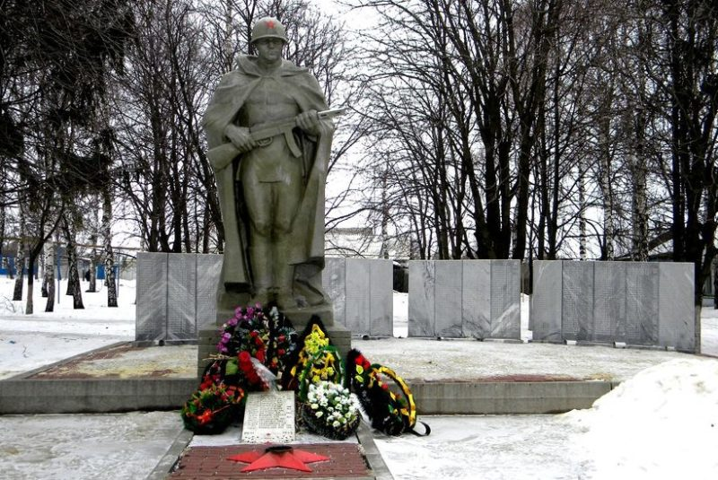 с. Погореловка Корочанского р-на. Памятник, установленный на братской могиле, в которой похоронено 15 советских воина, погибших в 1943 году.