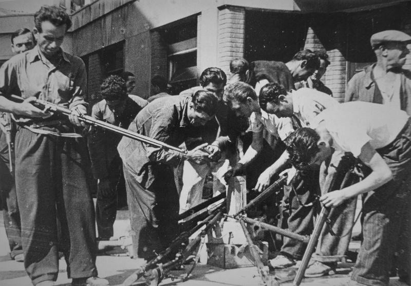 Бойцы движения Сопротивления в Марселе получают винтовки. Август 1944 г.
