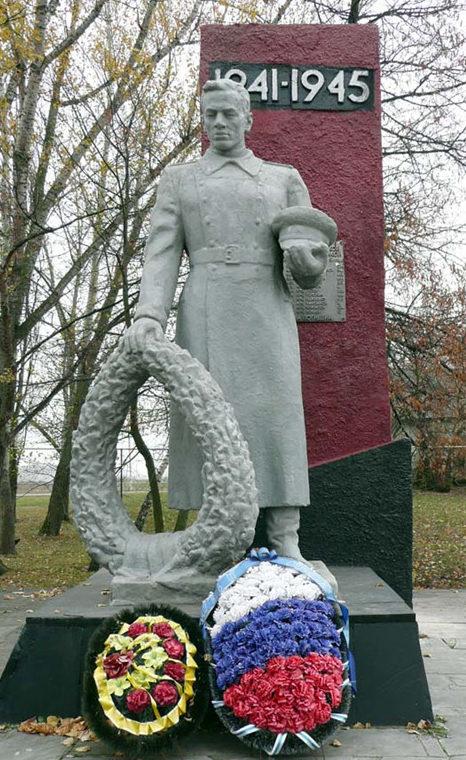 с. Поповка Корочанского р-на. Памятник, установленный на братской могиле, в которой похоронено 38 советских воина, погибших в 1943 году.