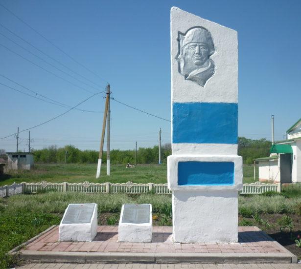 с. Новорождественка Волоконовского р-на. Памятник по улице Ленина, установленный в честь воинов-земляков, погибших в годы войны.