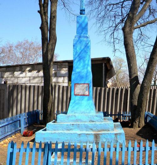 с. Проходное Корочанского р-на. Памятник, установленный на братской могиле, в которой похоронено 4 советских воина, погибших в 1943 году.