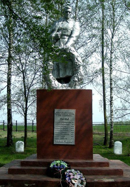 п. Самойловка Корочанского р-на. Памятник, установленный на братской могиле, в которой похоронено 24 советских воина, погибших в 1943 году.