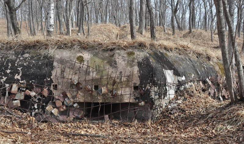 Трёхамбразурный ДОТ №3 «Болото» на острове Русский был построен в 1934 году. Расположен несколько в глубине острова, над б. Новый Джигит. Класс защиты - М-2.