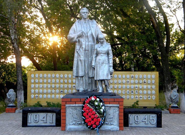 с. Сетное Корочанского р-на. Памятник по улице Центральной, установленный на братской могиле, в которой похоронено 22 советских воина, погибших в 1943 году.