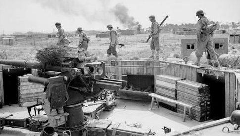 Французские солдаты занимают немецкую артиллерийскую позицию. Окрестности Марселя. Август 1944 г.