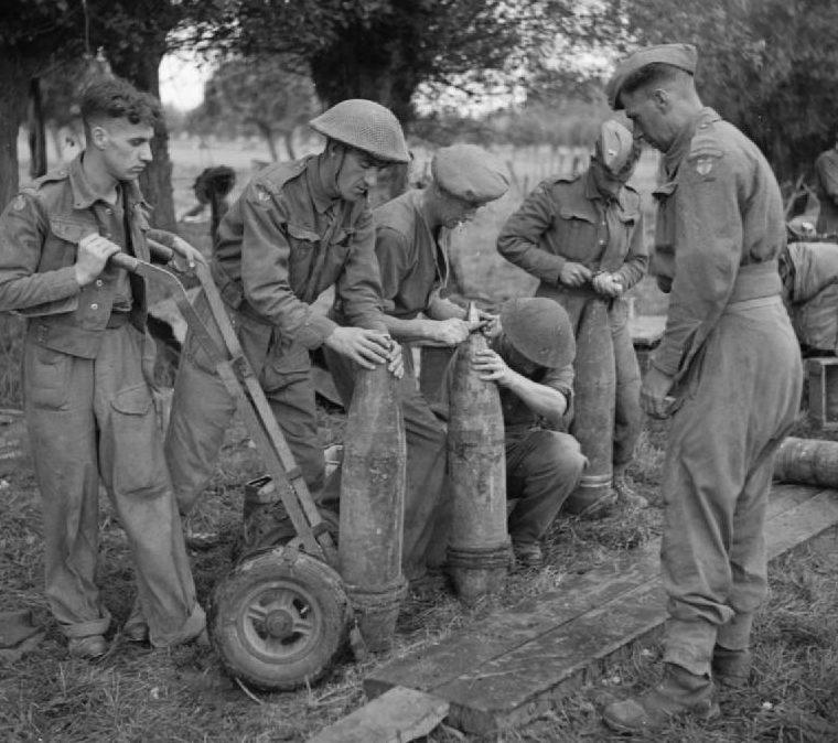 Артиллеристы 51-го полка Королевской артиллерии снаряжают снаряды взрывателями. 2 сентября 1944 г.