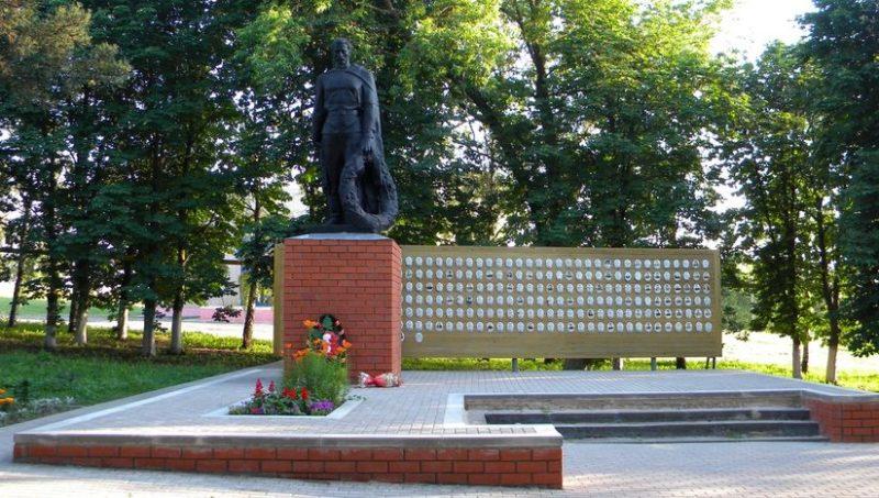 с. Соколовка Корочанского р-на. Памятник по улице, установленный на братской могиле, в которой похоронены 43 советских воина.