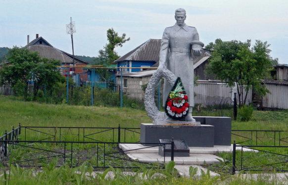 с. Ушаково, Корочанского р-на. Памятник по улице Луговой, установленный на братской могиле, в которой похоронен 171 советский воин, в т.ч. 41 неизвестный, погибший в 1943 году.