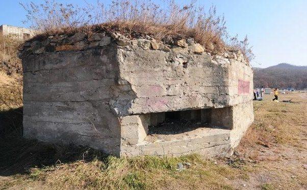 Двухамбразурный каменнобутовый ДОТ в северной части бухты Лашкевича в районе Находки был построен в 1941 году. Класс защиты М-3.