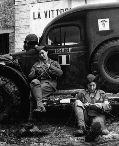 Водители скорой помощи женского Свободного французского корпуса вяжут в свободное время. Сентябрь 1944 г.