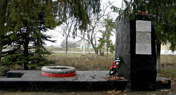 с. Хмелевое Корочанского р-на. Памятник, установленный на братской могиле, в которой похоронено 13 советских воинов, в т.ч. 11 неизвестных, погибших в 1943 году.