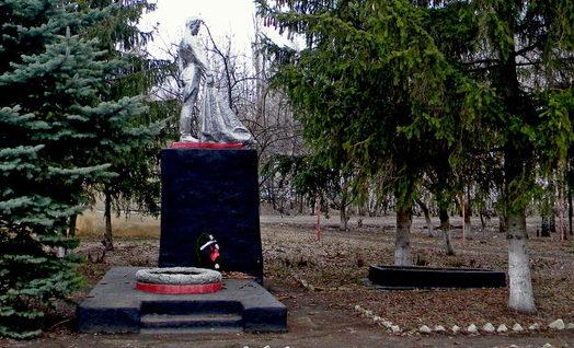 с. Хмелевое Корочанского р-на. Памятник, установленный на братской могиле, в которой похоронено 13 советских воинов, погибших в 1943 году.