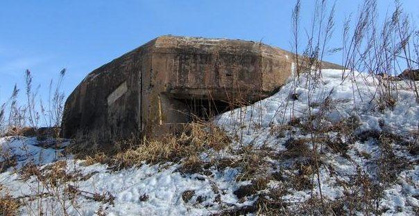 Трёхамбразурный бетонный ДОТ № 61 «Заноза» был построен в 1934 году. Расположен на побережье бухты Рыбозавода. Класс защиты - М-2.