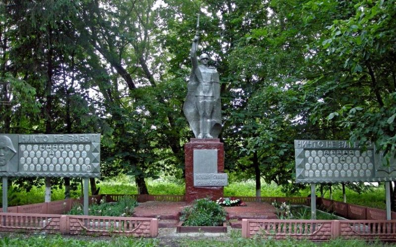 с. Шеино Корочанского р-на. Памятник, установленный на братской могиле, в которой похоронено 128 советских воинов, погибших в 1943 году.