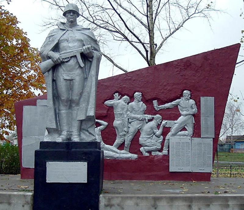 с. Шляхово Корочанского р-на. Памятник, установленный на братской могиле, в которой похоронено 503 советских воинов, погибших в 1943 году.