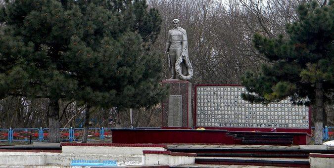 с. Яблоново Корочанского р-на. Памятник, установленный на братской могиле, в которой похоронено 62 советских воина, погибших в 1943 году.