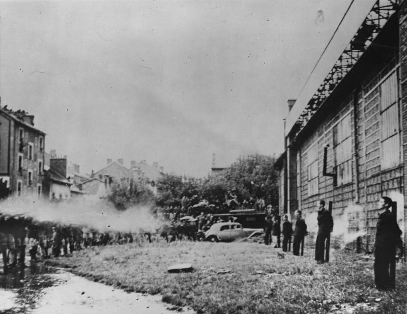 Солдаты сил «Свободной Франции» расстреливают шестерых соотечественников, сотрудничавших с немцами. 22 сентября 1944 г.