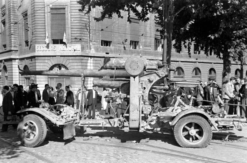 Французы у немецкого орудия «Flak 18» в Лионе. Сентябрь 1944 г.