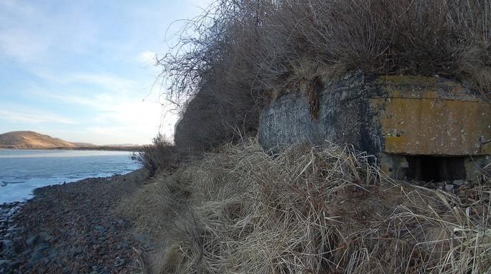 Двухамбразурный ДОТ №208 «Шквал» на острове Русский был построен в 1941 году. Расположен на северо-западном побережье о. Шкота. Класс защиты - М-3.