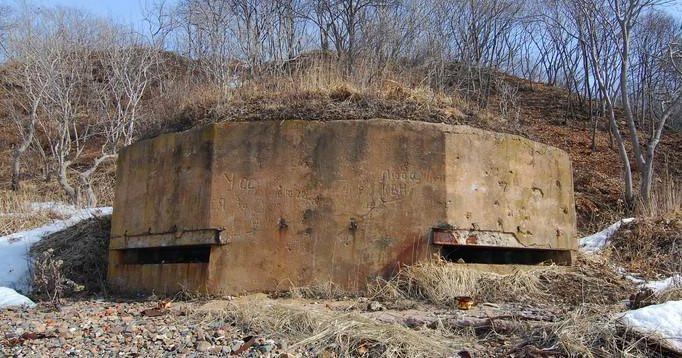 Двухамбразурный каменно-бутовый оштукатуренный ДОТ №214 был построен в 1941 году. Расположен в северной части побережья бухты Рыбозавода. Класс защиты - М-3.