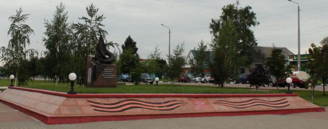 с. Красное Красненского р-на. Памятник по улице Октябрьской, установленный на братской могиле, в которой похоронено 607 советских воинов, в т.ч. 591 неизвестный, погибших в 1943 году.