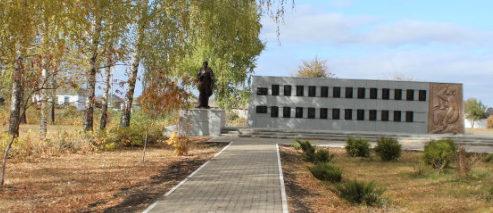 с. Круглое Красненского р-на. Памятник на улице Жданова, установленный на братской могиле советских воинов.
