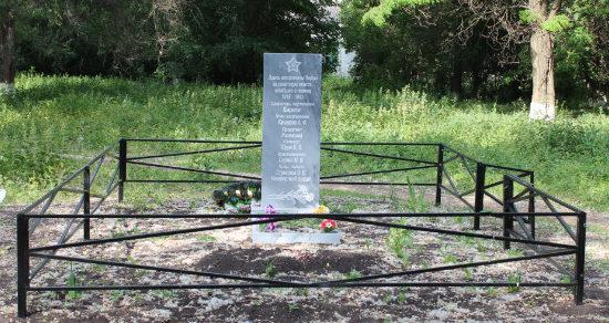 с. Новоуколово Красненского р-на. Памятник, установленный на братской могиле советских воинов.