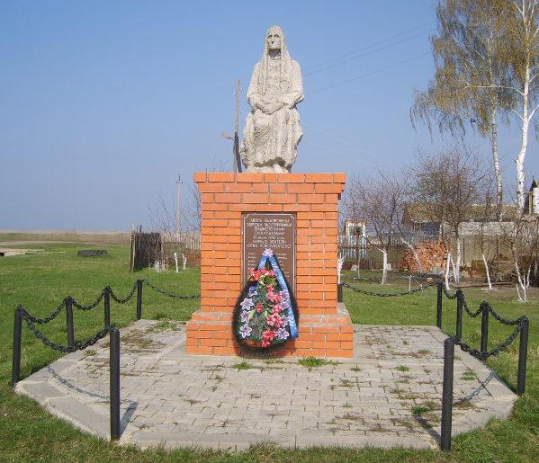 с. Новоуколово Красненского р-на. Памятник, установленный на братской могиле, мирных жителей, расстрелянных оккупантами в годы войны.