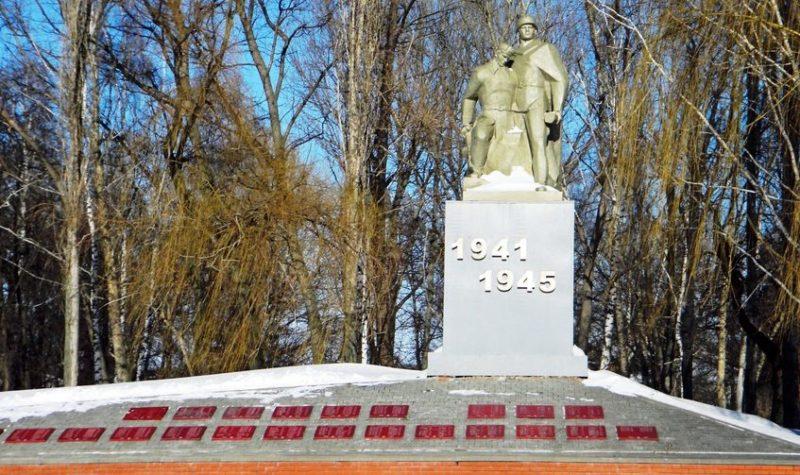 с. Новоуколово Красненского р-на. Памятник советским воинам.