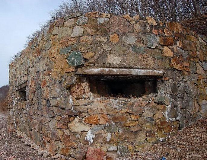 Двухамбразурный ДОТ №226 на острове Русский был построен в 1941 году. Расположен западнее м. Песчаный, на входе в б. Воевода. Класс защиты - М-3.