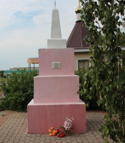 с. Расховец Красненского р-на. Памятник по улице Центральной, установленный на братской могиле советских воинов.
