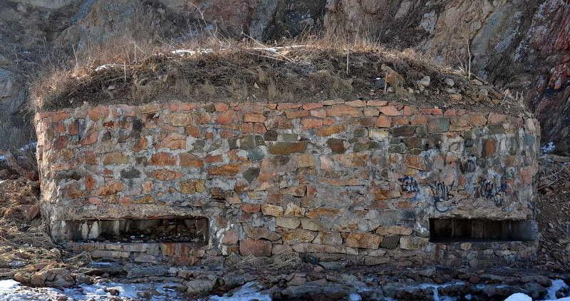 Двухамбразурный каменно-бутовый ДОТ №227 на острове Русский был построен в 1941 году. Расположен на полуострове Кондратенко, северная часть м. Средний. Класс защиты - М-3.