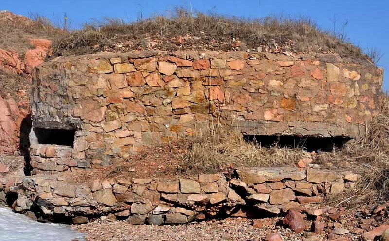 Двухамбразурный каменно-бутовый ДОТ №230 на острове Русский был построен в 1941 году. Расположен на полуострове Кондратенко, южная сторона м. Камень. Класс защиты - М-3.