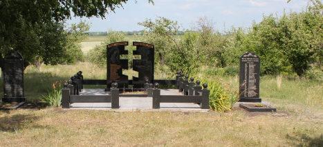 с. Сетище Красненского р-на. Братская могила 14 мирных жителей, погибших в годы Великой Отечественной войны.