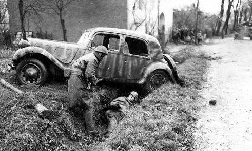 Французские коммандос захватывают немецкого солдата в Бельфоре. Франция, 20 ноября 1944 г.