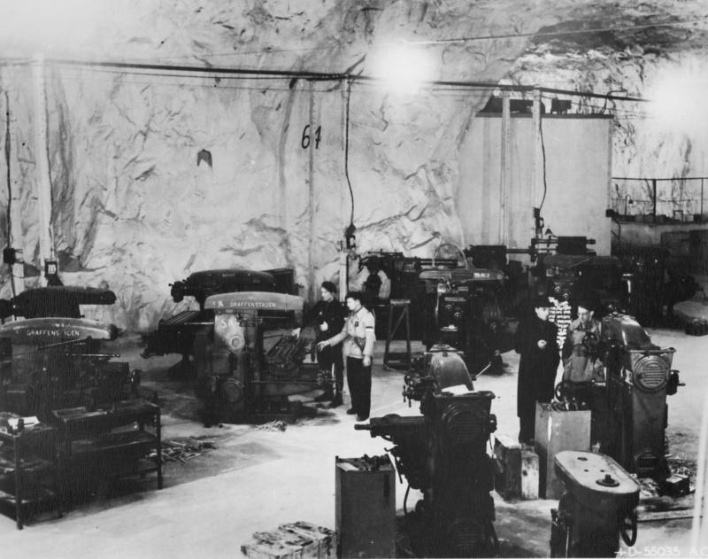 Союзники осматривают цеха захваченного авиационного завода в пещерах французского городка Сент-Астье. 24 ноября 1944 г.