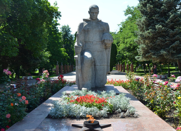 г. Бирюч Красногвардейского р-на. Памятник на Соборной площади, установленный на братской могиле, в которой похоронено 77 советских воинов, в т.ч. 56 неизвестных, погибших в 1943 году.