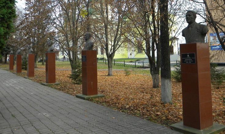 г. Бирюч Красногвардейского р-на. Аллея Героев в парке Героев революции.