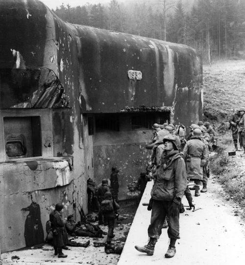Американские солдаты у ДОТа форта Хакенберг линии Мажино. 1944 г.