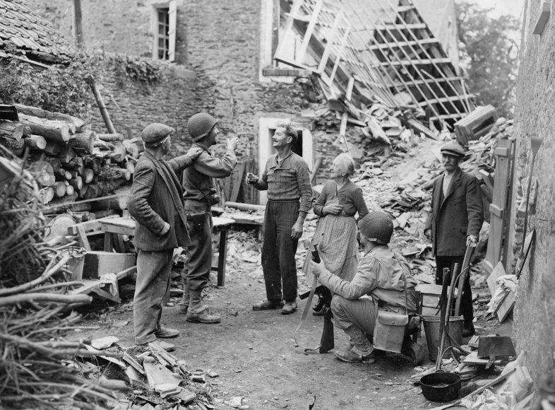 Американский офицер выпивает с жителем городка Сен-Ло. 1944 г.