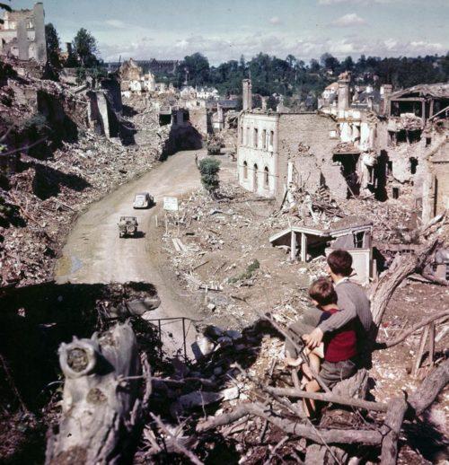 Французские дети в разрушенном города Сен-Ло. 1944 г.