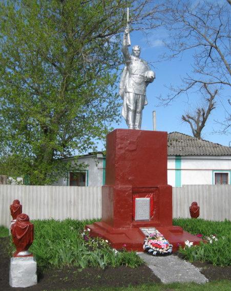 с. Валуй Красногвардейского р-на. Памятник по улице Железнодорожной, установленный на братской могиле, в которой похоронено 87 советских воинов, в т.ч. 80 неизвестных, погибших в 1943 году.