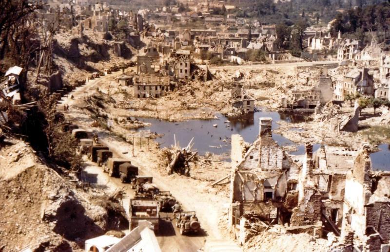 Американская колонна в Сен-Ло. 1944 г.