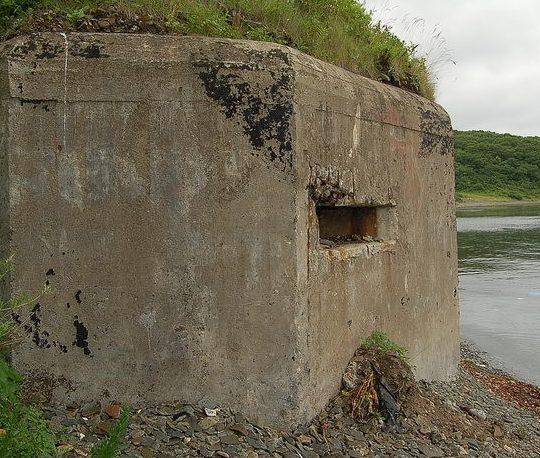 Двухамбразурный ДОТ №252 на острове Русский был построен в 1941 году. Расположен западнее мыса Балка. Класс защиты - М-3.