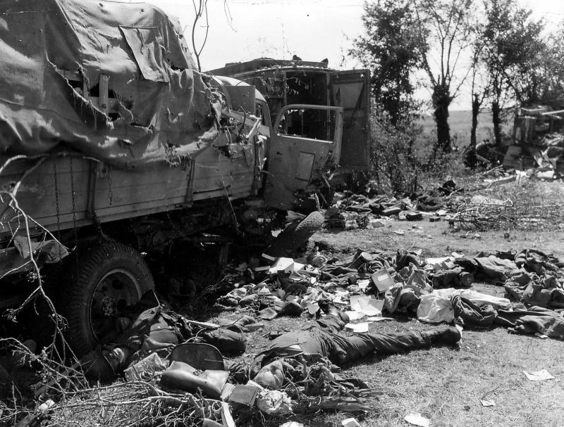 Разбитая немецкая автоколонна в окрестностях Шамбуа. 1944 г.