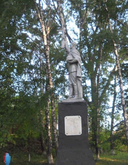 с. Беленькое Борисовского р-на. Памятник по улице Привокзальной, установленный на братской могиле советских воинов, погибших в боях с фашистскими захватчиками.