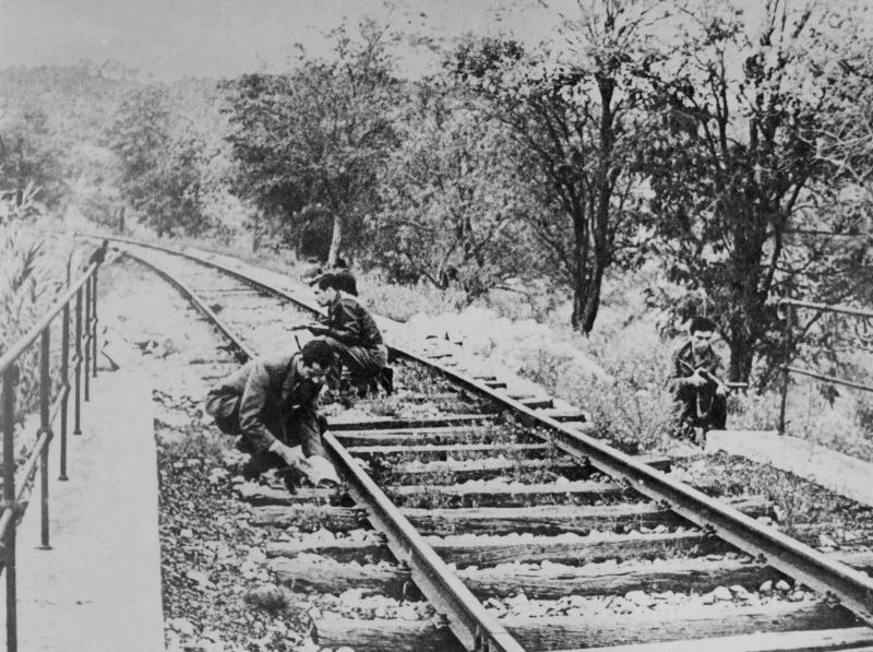 Французские партизаны минируют железнодорожный мост. 1944 г.