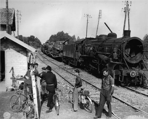 Бойцы Сопротивления у разрушенного немецкого поезда. 1944 г.